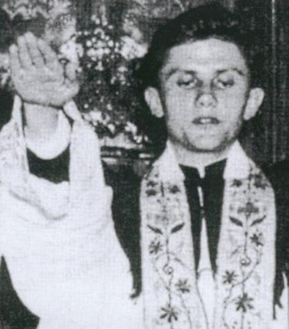 Mladi Retzinger desnom rukom pokazuje do kud misli staviti pločice u WC
