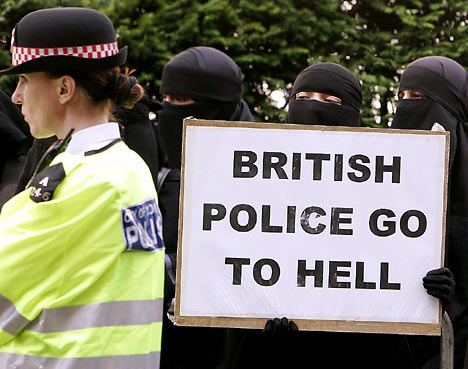 Sljedbenice Allaha izražavaju svoje nezadovoljstvo jer policija odlazi zubaru preko reda