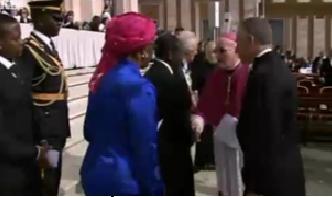 Ratni zločinac Robert Mugabe rukuje se s vatikanskim dužnosnicima